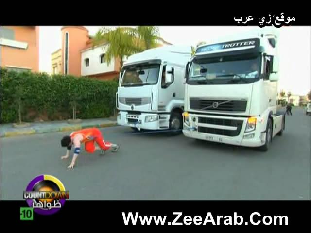 عزيز صالحي مغربي يجر شاحنتين و 3 سيارات بطريقة مدهشة